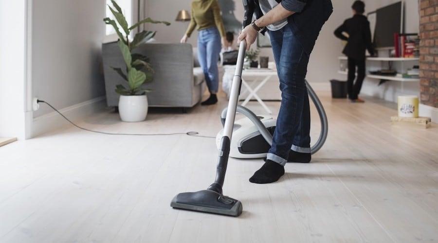 Jeunes actifs : «Nous avons engagé un homme de ménage et ça vaut le coup»